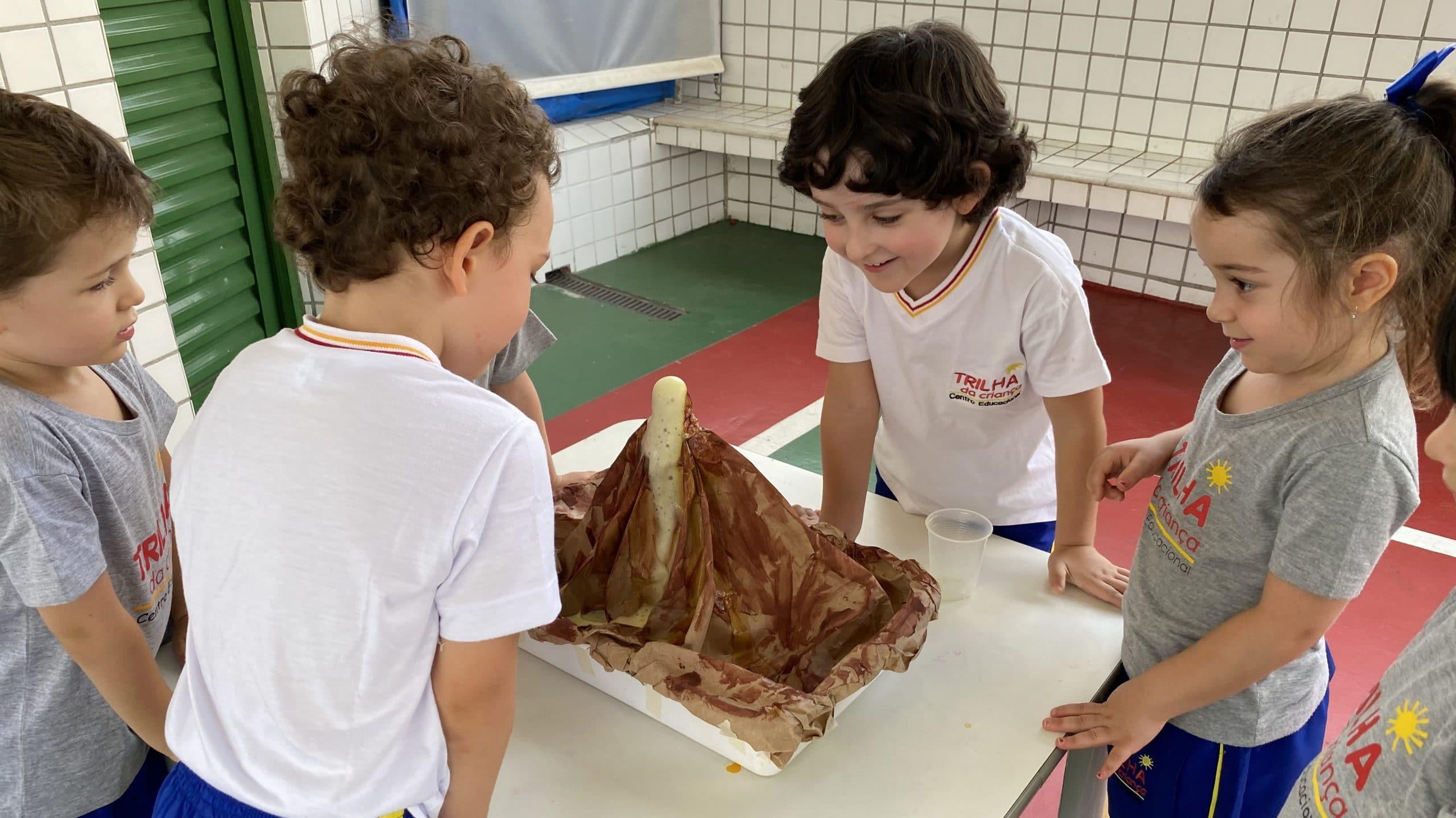 Crianças participam de atividade em grupo na escola.