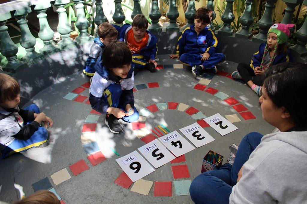 importância da escola criança participa de aula de inglês