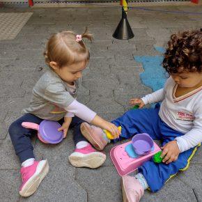 Crianças brincam com panelinhas